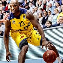 Basketbalspeler in zelf ontworpen basketballshirts van owayo