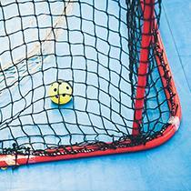 Zaalhockeyspeler in zelfontworpen owayo- zaalhockeyshirt