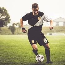 Voetballer in zelf ontworpen voetbalshirts van owayo