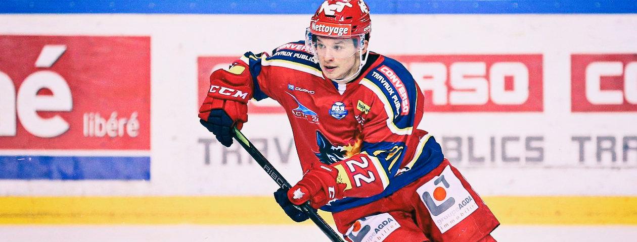 Gros plan sur un joueur du club de Cologne portant un maillot de hockey sur glace personnalisé de couleur bleue
