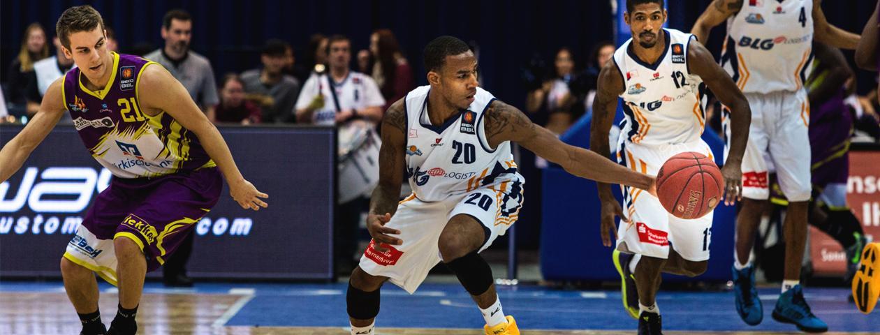 Joueur de basketball du club de Bremerhaven portant un maillot de basket personnalisé