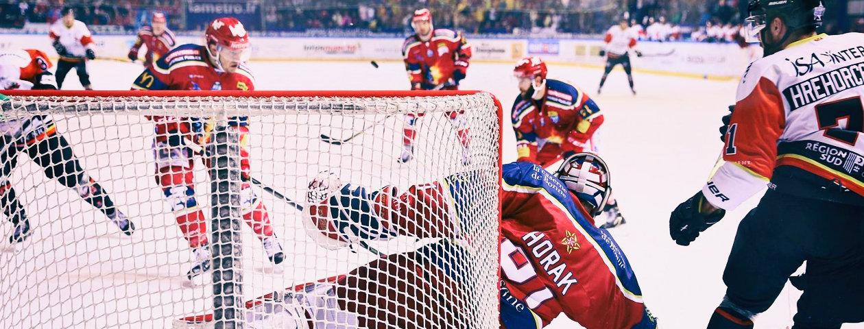 Joueurs de hockey du club de Cologne habillés de maillots de hockey personnalisés avec le but en premier-plan